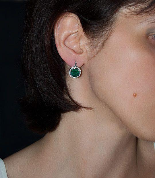 Strieborné náušnice 29018 Malinka okruhlá smaragdová na uche