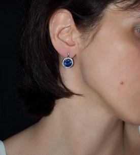 Strieborné náušnice 29018 Malinka okruhlá tmavo-modrá na uche