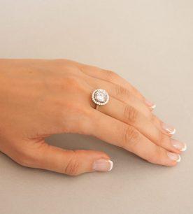 Strieborný prsteň so zirkónom – Malinka 19018 číra na ruke