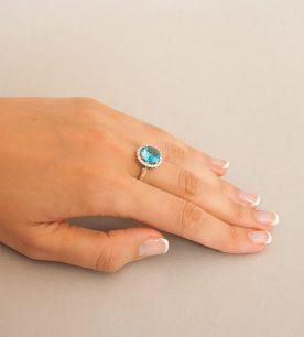 Strieborný prsteň so zirkónom – Malinka 19018 modrá na ruke