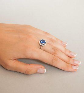 Strieborný prsteň so zirkónom – Malinka 19018 tmavo-modrá na ruke