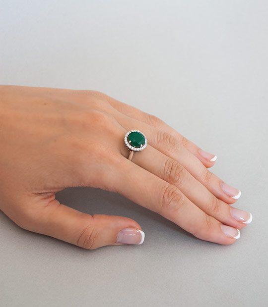 Strieborný prsteň so zirkónom – Malinka 19018 zelená na ruke