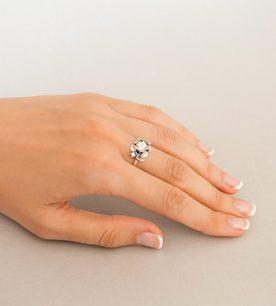 Strieborný prsteň so zirkónom – Jablkový kvet číry na ruke