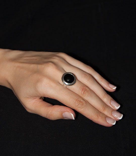 Strieborný prsteň Illa 19086 ónyx na ruke