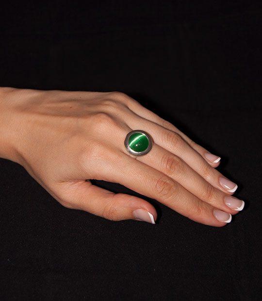Strieborný prsteň Illa 19086 ulexit zelenýna ruke