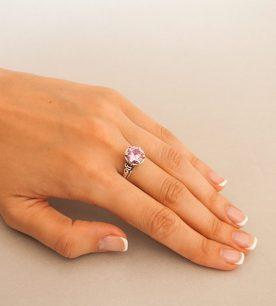 Strieborný prsteň so zirkónom – Ornament 19057 ružový na ruke