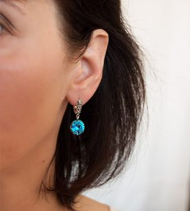 Strieborné náušnice so zirkónmi – Ornament modrý 29038 na uche