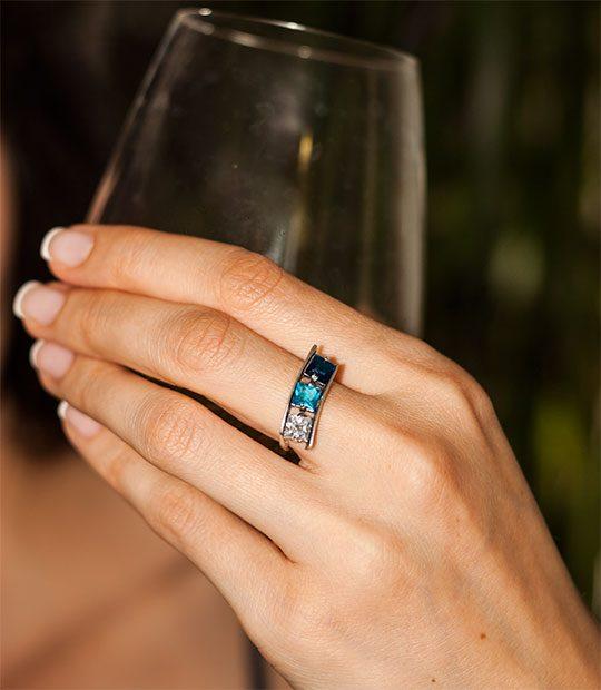 Strieborný prsteň 19105 Kockr modrá na ruke