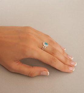 Strieborný prsteň 19108g Jar modrá na ruke
