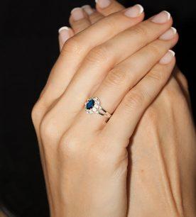 Strieborný prsteň 19108s Jar tmavo-modrá na ruke