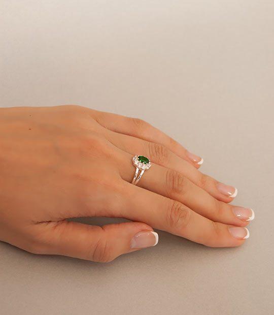 Strieborný prsteň 19108z Jar zelená na ruke