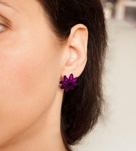 Strieborné náušnice so zirkónmi – Gerbera fialová na uche