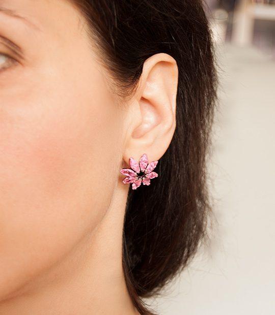 Strieborné náušnice so zirkónmi – Gerbera ružová na uche