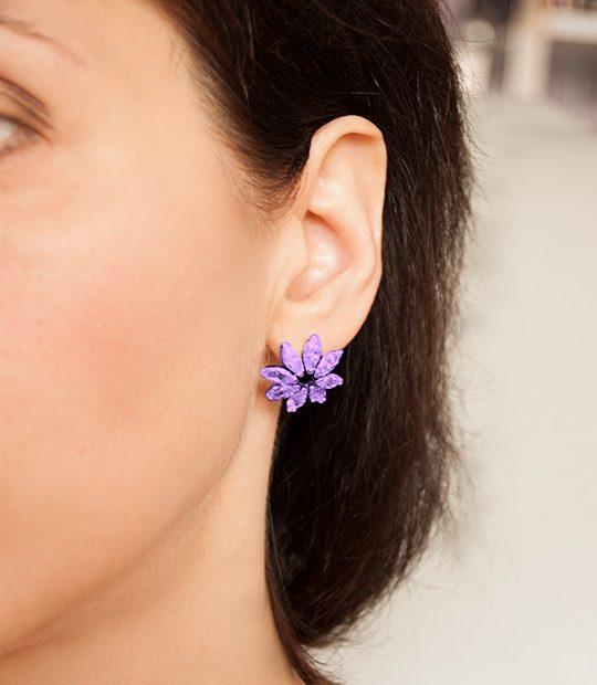 Strieborné náušnice so zirkónmi – Gerbera svetlo-fialová na uche